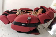 khach-mua-ghe-massage-drcare-912-3
