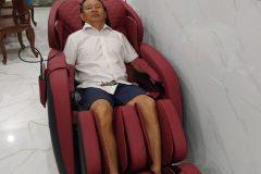 khach-mua-ghe-massage-drcare-912-33