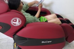 khach-mua-ghe-massage-drcare-912-34