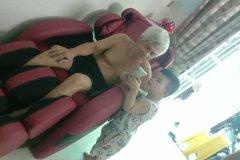 khach-mua-ghe-massage-drcare-912-36