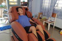 khach-mua-ghe-massage-drcare-912-37