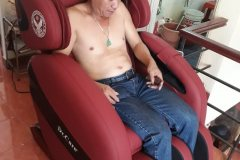 khach-mua-ghe-massage-drcare-912-41