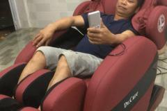 khach-mua-ghe-massage-drcare-912-48