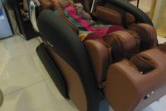 khach-mua-ghe-massage-drcare-919-10