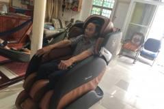 khach-mua-ghe-massage-drcare-919-12