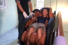 khach-mua-ghe-massage-drcare-919-13