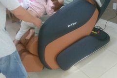 khach-mua-ghe-massage-drcare-919-14
