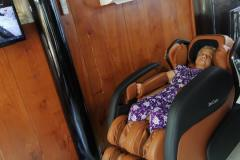 khach-mua-ghe-massage-drcare-919-15