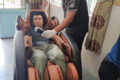 khach-mua-ghe-massage-drcare-919-16