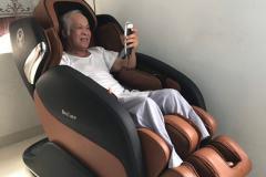 khach-mua-ghe-massage-drcare-919-18
