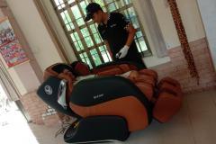 khach-mua-ghe-massage-drcare-919-19