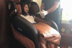 khach-mua-ghe-massage-drcare-919-21