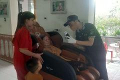 khach-mua-ghe-massage-drcare-919-24