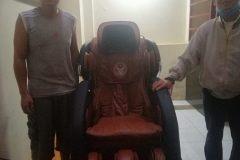 khach-mua-ghe-massage-drcare-919-25
