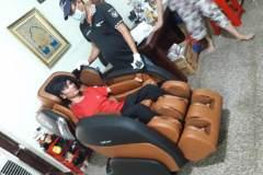 khach-mua-ghe-massage-drcare-919-27