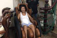khach-mua-ghe-massage-drcare-919-30