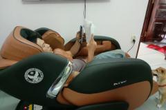 khach-mua-ghe-massage-drcare-919-9