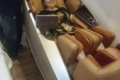 khach-mua-ghe-massage-drcare-919X-1