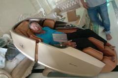 khach-mua-ghe-massage-drcare-919X-11