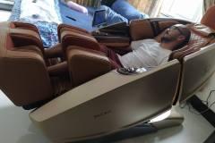 khach-mua-ghe-massage-drcare-919X-13