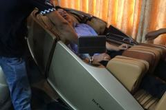 khach-mua-ghe-massage-drcare-919X-17