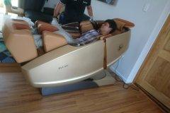 khach-mua-ghe-massage-drcare-919X-18