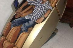 khach-mua-ghe-massage-drcare-919X-2