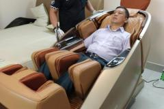 khach-mua-ghe-massage-drcare-919X-20
