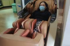 khach-mua-ghe-massage-drcare-919X-25
