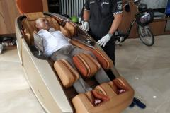 khach-mua-ghe-massage-drcare-919X-33
