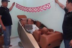 khach-mua-ghe-massage-drcare-919X-41