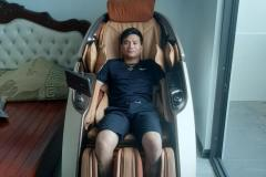 khach-mua-ghe-massage-drcare-919X-50
