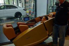 khach-mua-ghe-massage-drcare-919X-52