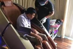 khach-mua-ghe-massage-drcare-919X-54