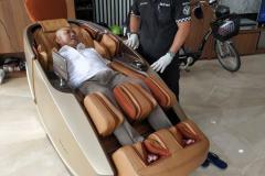 khach-mua-ghe-massage-drcare-919X-9