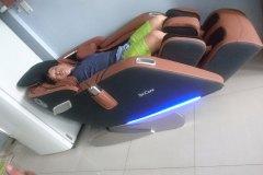 khach-mua-ghe-massage-drcare-923-12