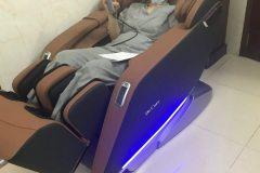 khach-mua-ghe-massage-drcare-923-14