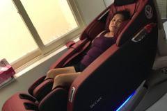 khach-mua-ghe-massage-drcare-923-15