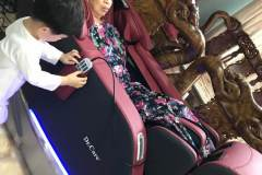 khach-mua-ghe-massage-drcare-923-16