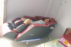 khach-mua-ghe-massage-drcare-923-21