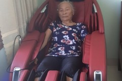 khach-mua-ghe-massage-drcare-923-22