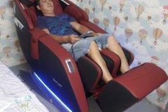 khach-mua-ghe-massage-drcare-923-26