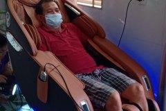 khach-mua-ghe-massage-drcare-923-32