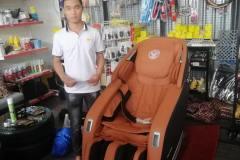 khach-mua-ghe-massage-drcare-923-36