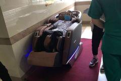 khach-mua-ghe-massage-drcare-923-38