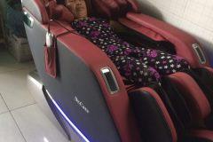 khach-mua-ghe-massage-drcare-923-4
