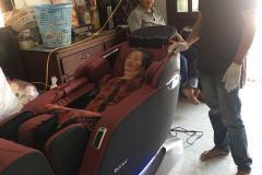 khach-mua-ghe-massage-drcare-923-40