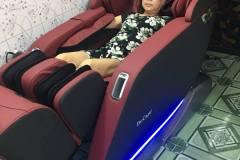 khach-mua-ghe-massage-drcare-923-43