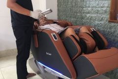 khach-mua-ghe-massage-drcare-923-44