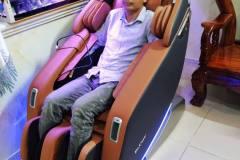 khach-mua-ghe-massage-drcare-923-46